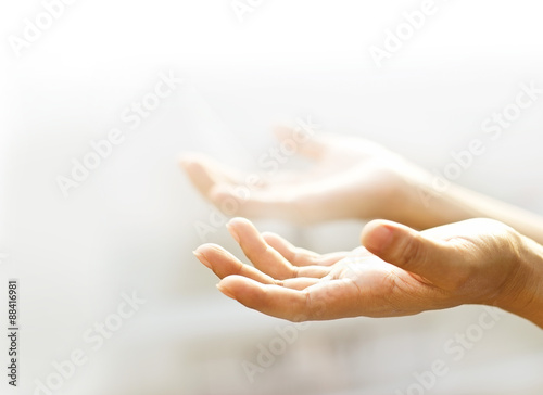 Photo Human open empty hands with light background,  blurred and soft