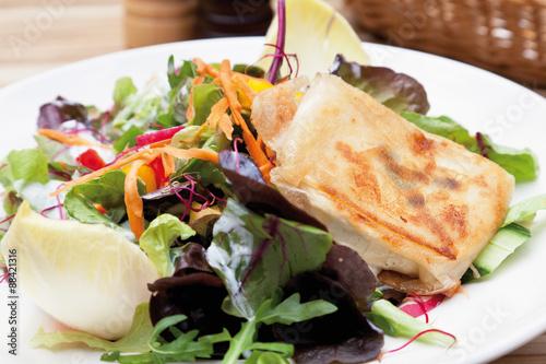 Poster Fish Nahaufnahme von Ziegenkäse überbacken mit gemischtem Salat