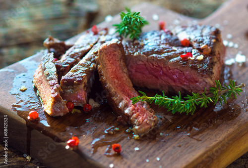 Fotografia  Juicy Fillet Steak with Fresh Herbs
