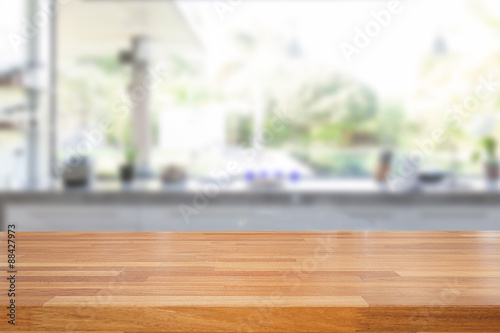 Fotografía  Empty wooden table and blurred kitchen background