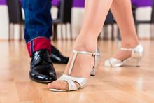 Paar Mit Tanzschuhen In Tanzschule