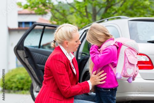Fotografie, Obraz  Mutter tröstet Kind am ersten Schultag