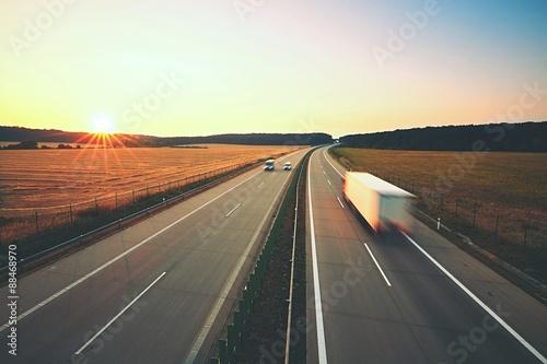 Fotografía  Autopista en la salida del sol