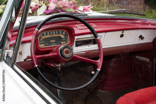 Foto op Plexiglas Cubaanse oldtimers Old white and red wedding vintage car
