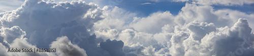 piekne-blekitne-niebo-pochmurne-panoramiczny-strzal