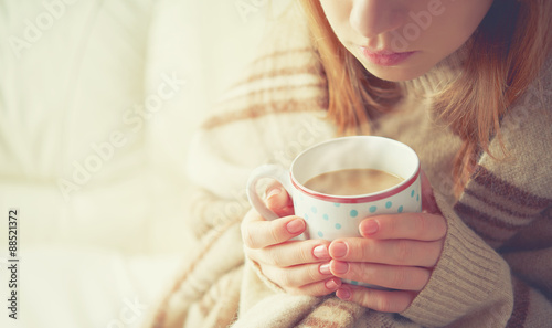 Cadres-photo bureau Cafe cup of hot coffee warming in the hands of a girl