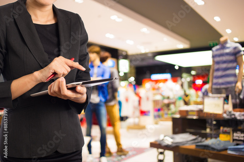 Fotografía  Businesswoman using digital tablet in the shopping mall.