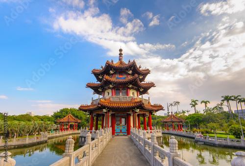 Fototapeta premium tradycyjny budynek w parku w tajpej na tajwanie