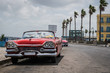 Kuba parkender amerikanischer Oldtimer auf der Promenade Malecon