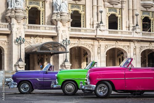kuba-trzy-kolorowe-amerykanskie-zabytkowe-samochody-przed-gran-teatro-w-hawanie