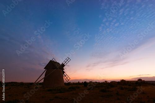 Poster Molens Alte Windmühle von Langhammars auf der schwedischen Insel Fårö nördlich von Gotland nach Sonnenuntergang