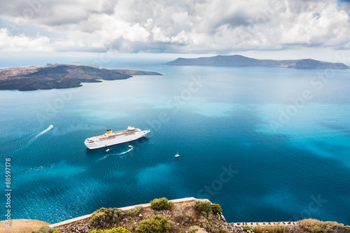 Fotografia  Cruise liner at the sea near the islands