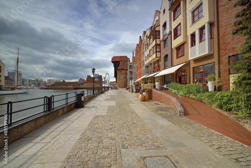 brzeg-rzeki-z-charakterystyczna-promenada-w-gdansku