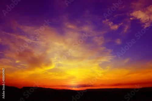 Tramonto rosso, giallo, viola