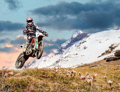 Photo  motocross primaverile in ambiente alpino
