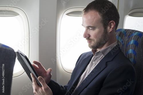 Zdjęcie XXL Kaukaska samiec używa pastylkę w samolocie