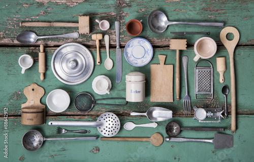 Fotografie, Obraz  Alte Küchen Utensilien mit Besteck und Geschirr zur Nostalgie Dekoration zum Koc
