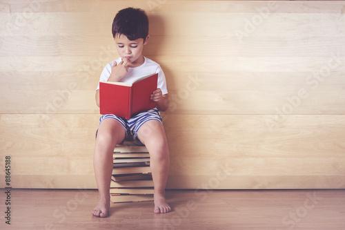 Foto  niño leyendo un libro