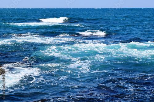 庄内浜の荒波(初夏)/山形県庄内浜の荒波風景を撮影した写真です。庄内浜は非常にきれいな白砂が広がる海岸と、奇岩怪石の磯が続く大変素晴らしい景観のリゾート地です。強風で晴天の日に、海岸で荒波を撮影した写真です。