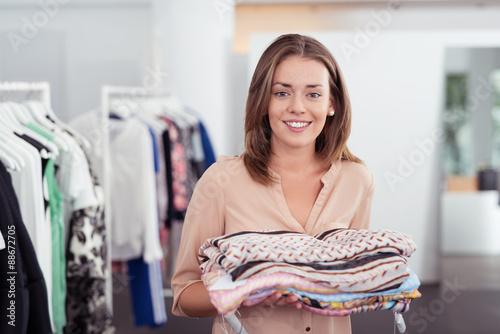Stampa su Tela freundliche mitarbeiterin in einem mode-geschäft