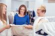 mitarbeiterin berät junge frauen beim einkauf