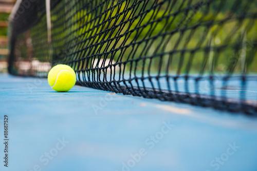Plakát Tenisový míček na tenisový kurt s net