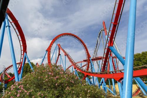 Zdjęcie XXL Kolejka górska w śmiesznym parku rozrywki.