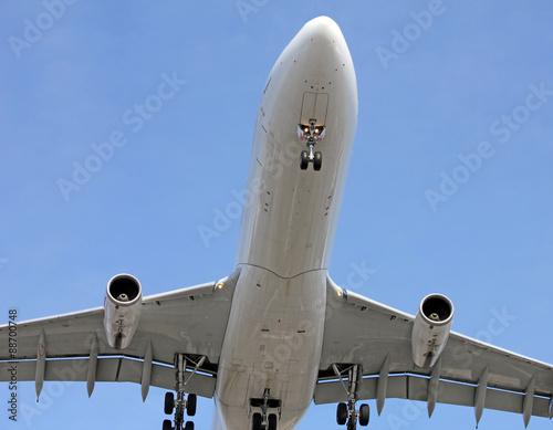 Fotografia  big plane coming in for landing