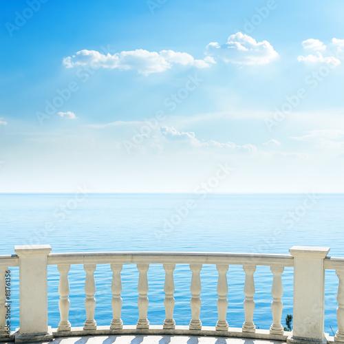 bialy-balkon-na-plazy-i-chmury-na-niebie