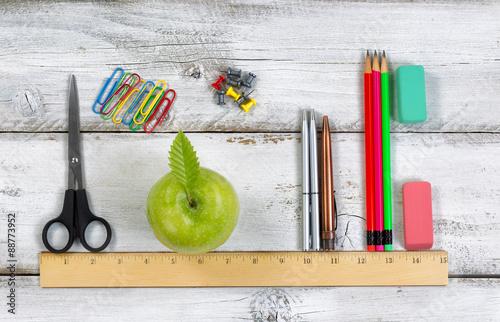 Fotografía  Fuentes de escuela en línea con la regla en el escritorio blanco