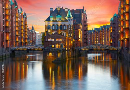 Fotomural Old Speicherstadt in Hamburg illuminated at night. Sunset backgr