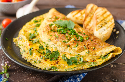 Fotografía  Herb omelette with chives and oregano sprinkled with Herb omelette with chili fl