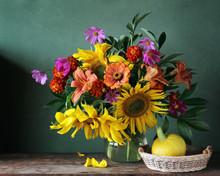 Натюрморт с букетом подсолнухов. Подсолнухи и тыква. Букет садовых цветов.