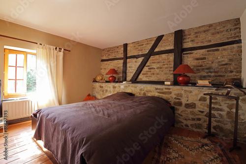 chambre en Ardennes avec mur de pierre et poutres apparentes ...