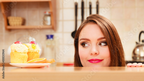 Fotomural Woman looking at delicious sweet cake. Gluttony.