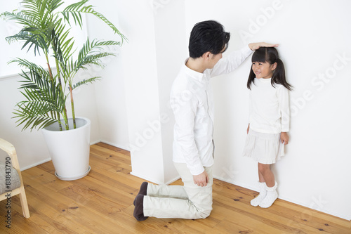 Fotografía  身長を測る親子
