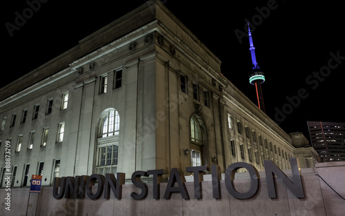 Foto auf AluDibond Bahnhof Union Station Toronto Night. Union Station as seen from the outside at night at Bay and Front streets in Toronto, Canada.