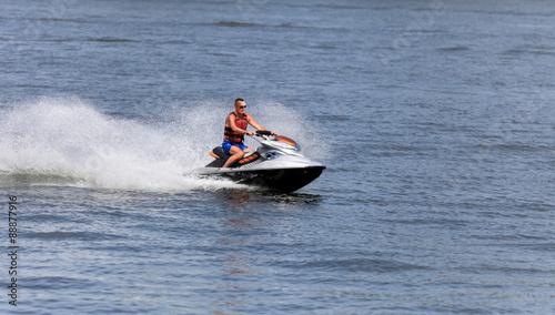 Poster Water Motor sports Mężczyzna na skuterze wodnym.