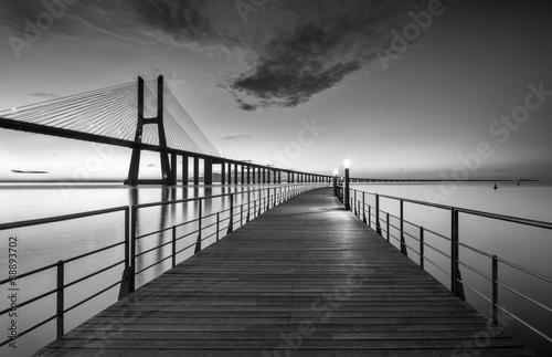 most-vasco-da-gama-w-portugalii-czarno-biala-fotografia