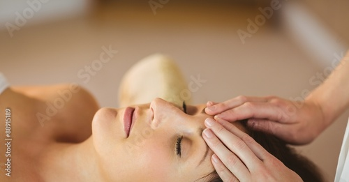 Photo  Young woman getting a massage