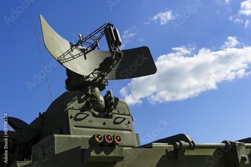 Fotografía  Aire radar de defensa del sistema poderoso lanzacohetes militar móvil del color