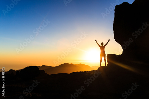 Foto Woman climber success silhouette in mountains, ocean and sunset