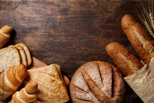 In de dag Bakkerij Different bread on a rustic dark background