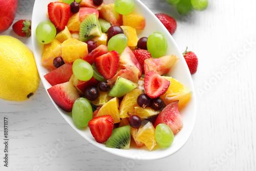 Poster Vruchten Fresh fruit salad on white wooden table