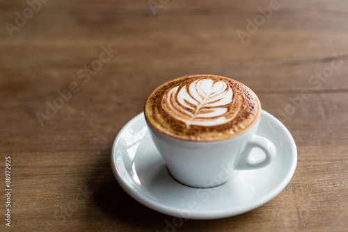 Fotografie, Obraz  Hot Latte na dřevěný stůl