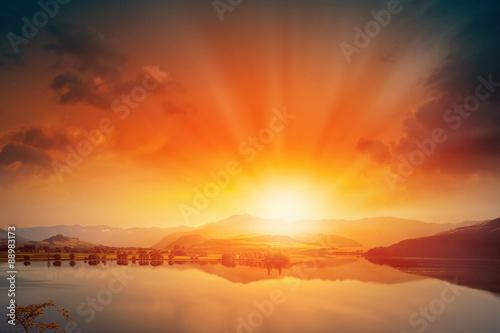 Wschód słońca nad górami