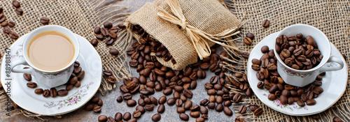 Kaffeetassen mit Kaffee und Kaffeebohnen Wallpaper Mural