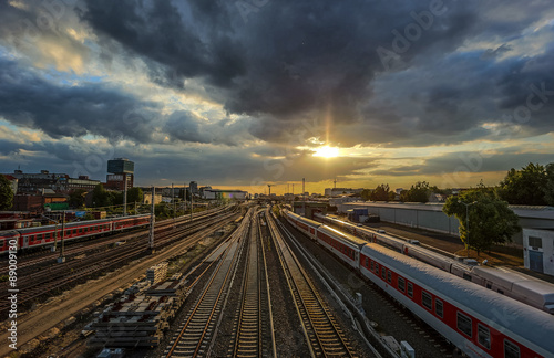 Foto auf AluDibond Bahnhof Bahngleise im Sonnenuntergang in Berlin