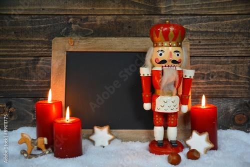 Fotografía  Weihnachtszeit - leere Kreidetafel - Werbefläche - Nussknacker und Kerzen