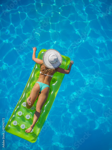 Poster Lieu connus d Asie A girl is relaxing in a swimming pool